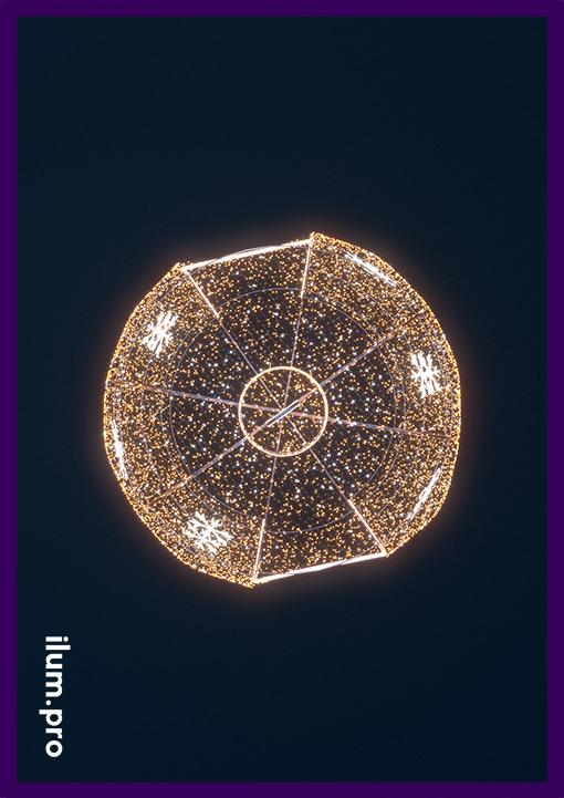 Вид сверху гигантского светящегося шара для украшения города на Новый год