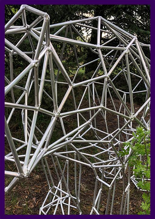 Полигональная фигура медведя из металла для сада