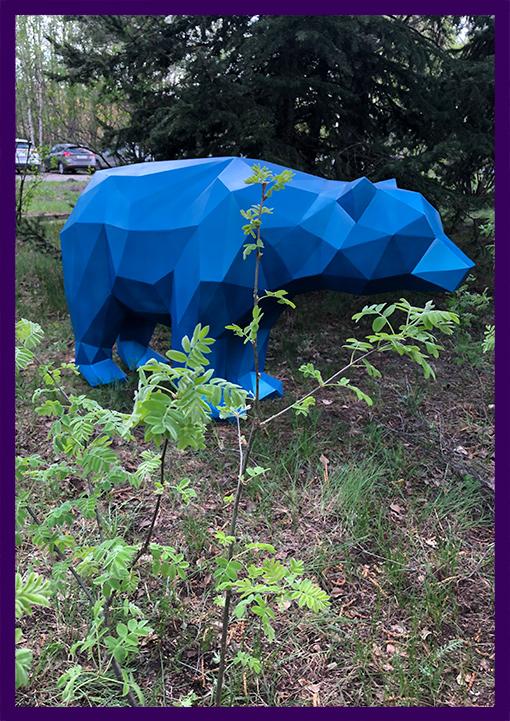 Полигональная фигура медведя синего цвета из стали