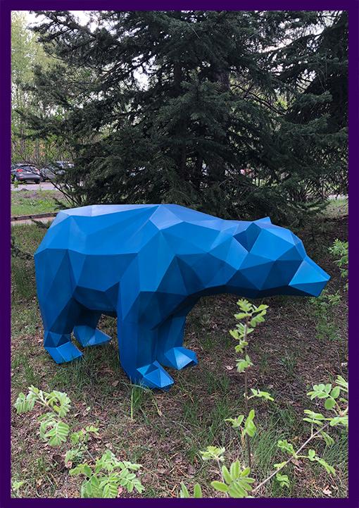 Металлическая полигональная фигура медведя синего цвета