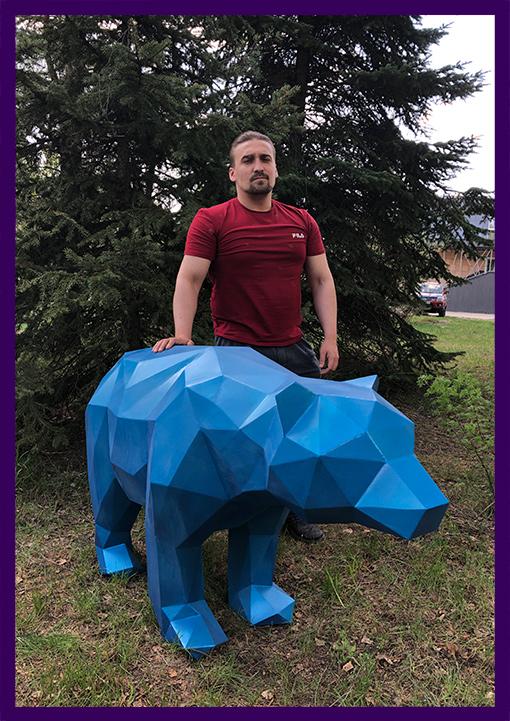 Полигональный медведь синего цвета для украшения улицы