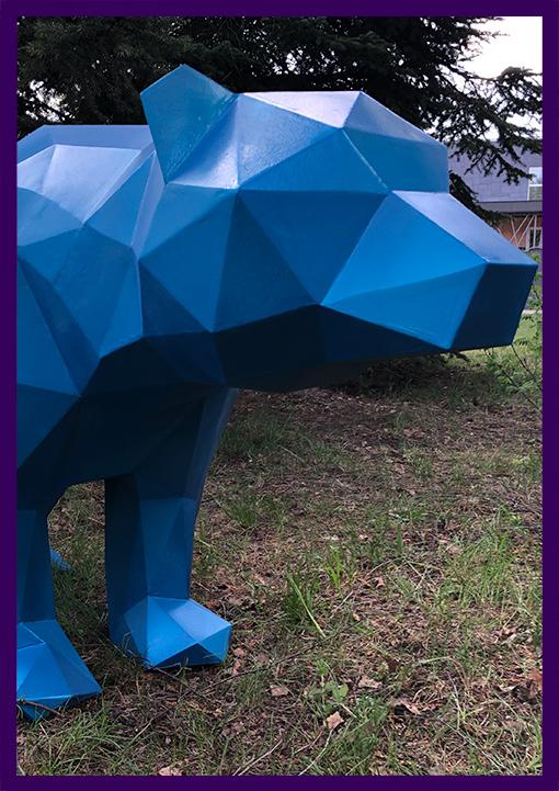 Синий полигональный медведь из стали для улицы