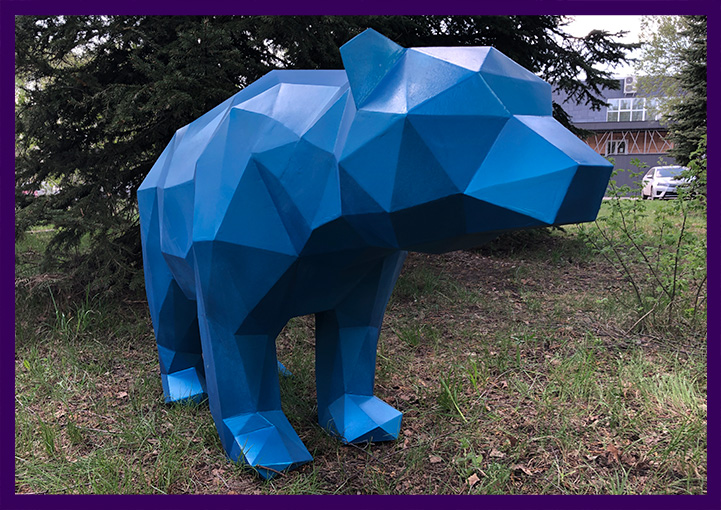 Крашеный полигональный медведь, скульптура, арт-объект для парка
