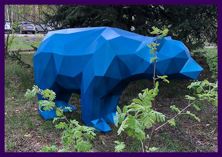 Синий полигональный медведь из железа для улицы