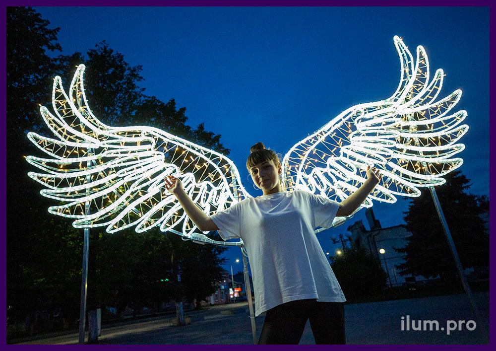 Декоративная фотозона с крыльями ангела