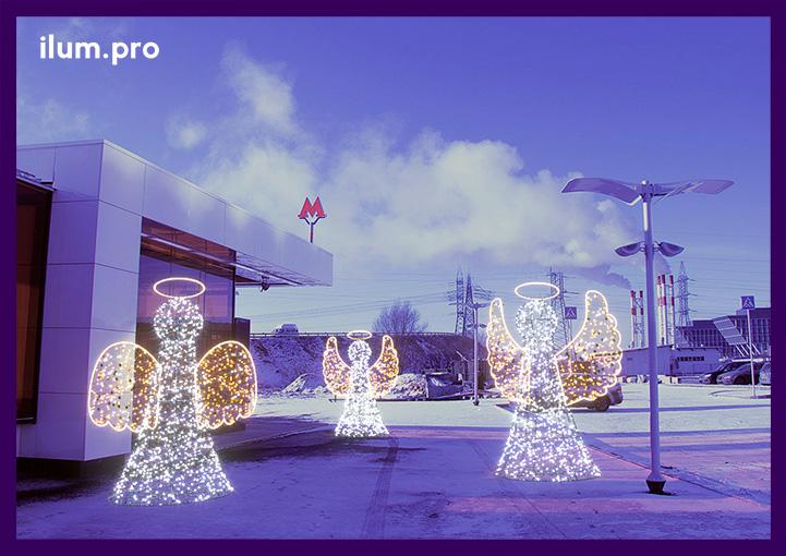 Световые фигуры ангелов у входа в метро