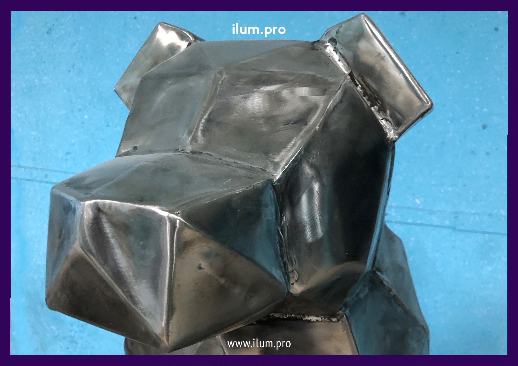 Голова необычной полигональной собаки из нержавеющей стали