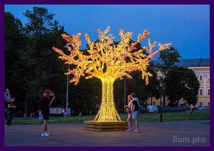 Дерево светящееся во Владимире с розовыми цветами и гирляндами
