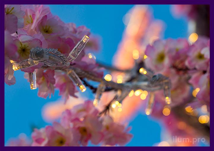 Ветки алюминиевого дерева со светодиодными гирляндами и цветами