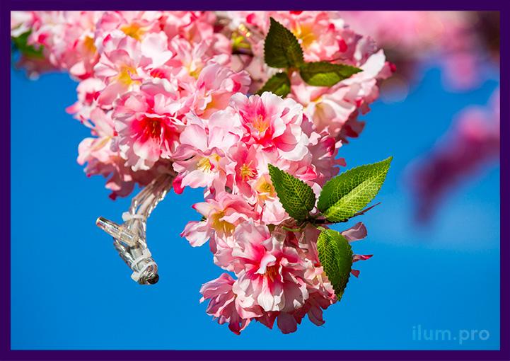 Цветы на ветке алюминиевого дерева