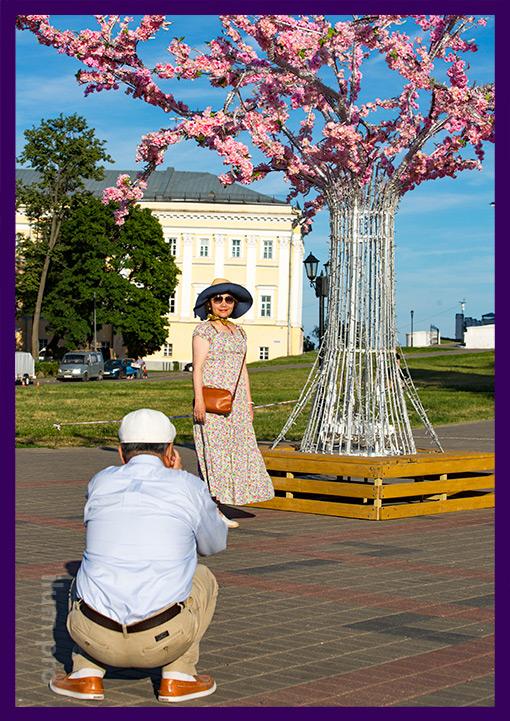Люди фотографируются на фоне светодиодного дерева во Владимире