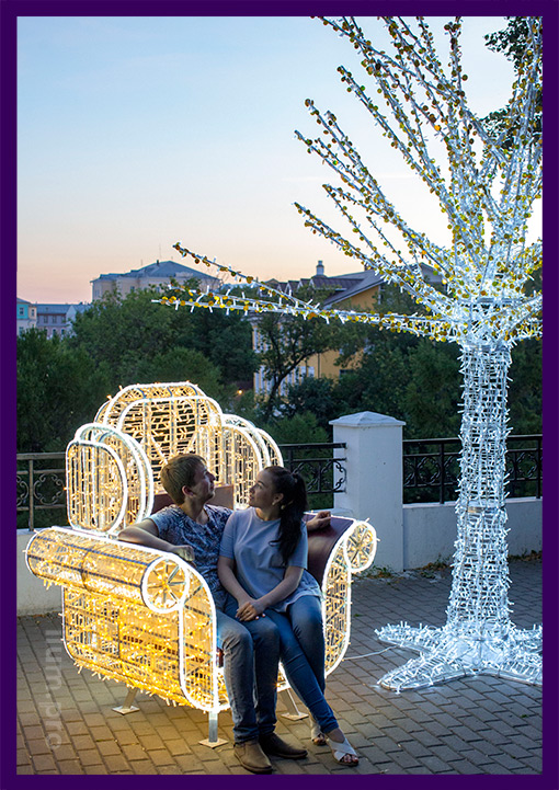 Фотозона кресло с подсветкой и дерево в парке