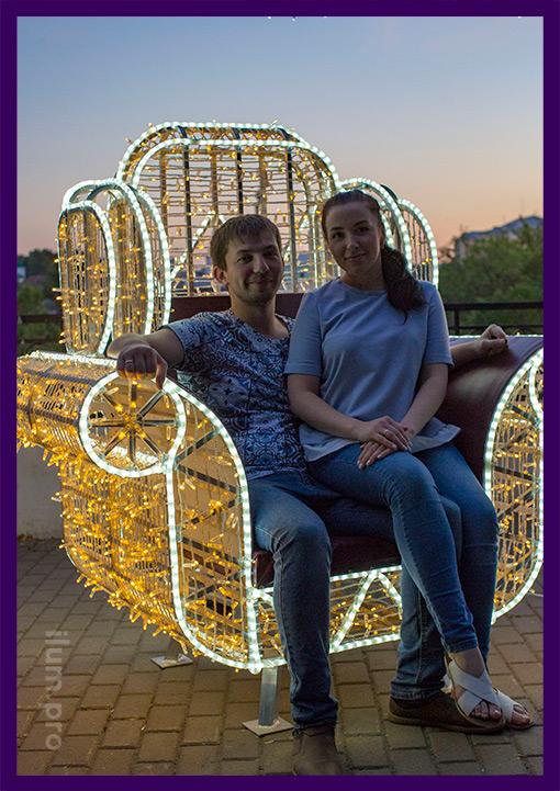 Пара в светодиодном кресле на улице