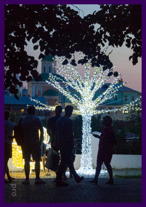 Уличная фотозона с подсветкой из дерева и кресла с гирляндами
