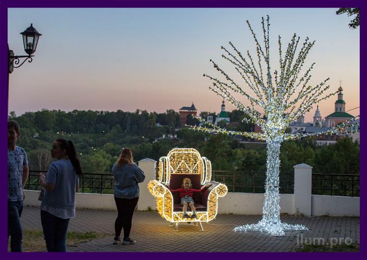 Парковая фотозона с подсветкой гирляндами