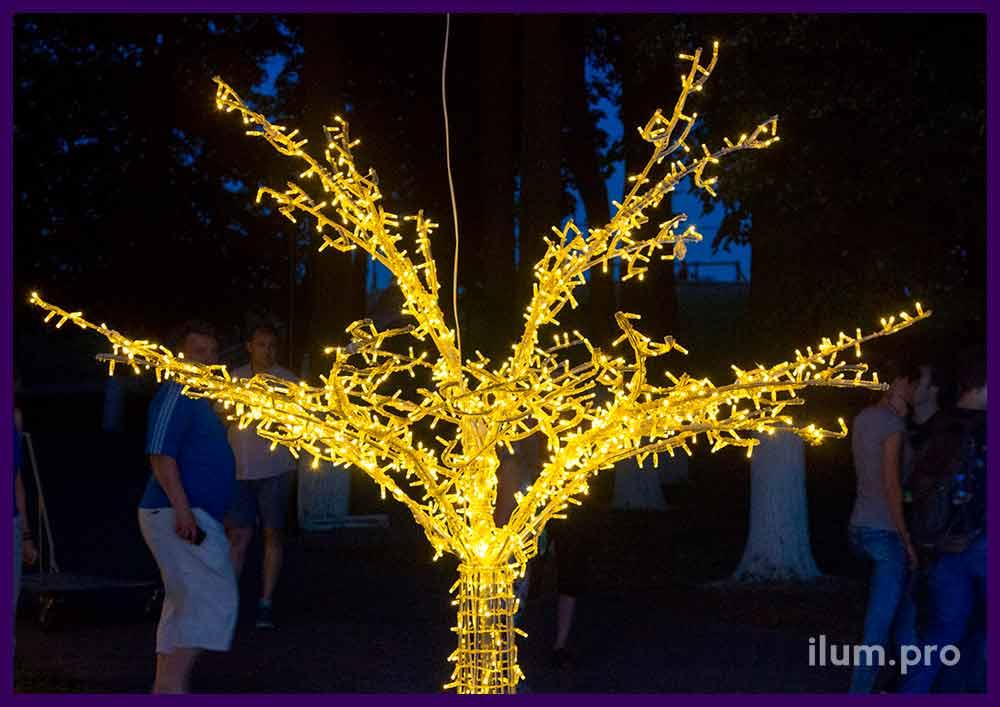 Ветви светодиодного дерева с гирляндами в парке