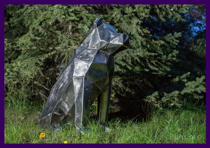 Собака полигональная из металла в парке на траве