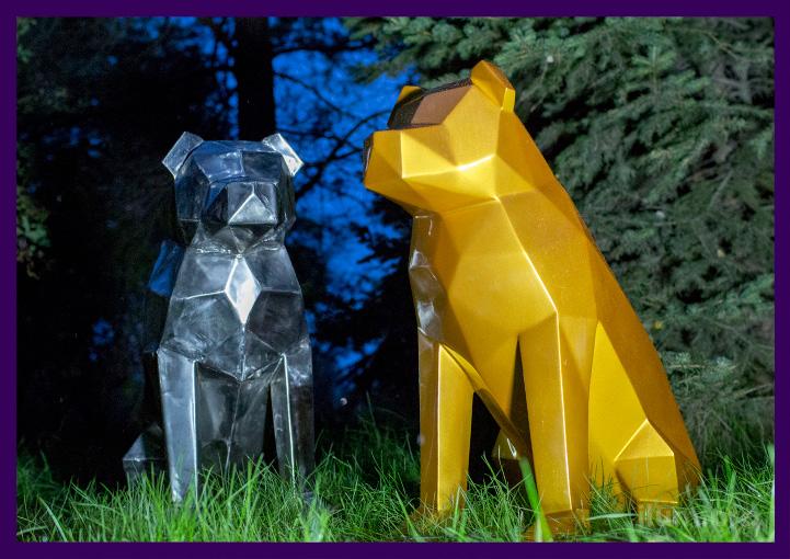 Пара металлических собак в полигональном стиле для парка