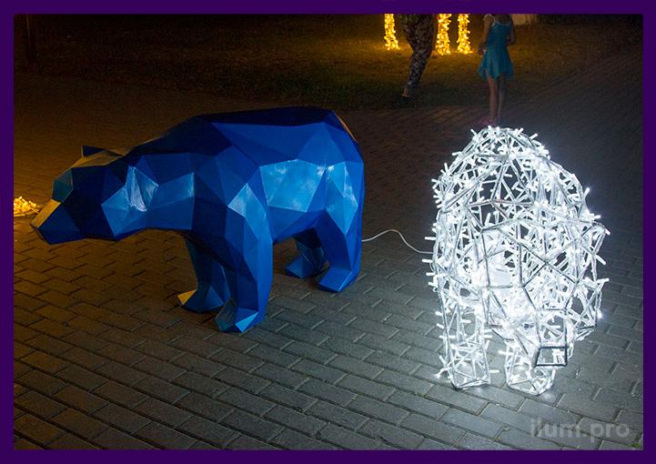 Уличные полигональные медведи в парке летом