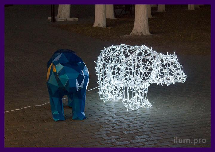 Металлические полигональные фигуры медведей на улице во Владимире