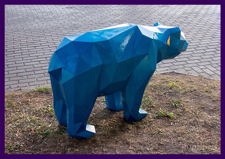 Стальной полигональный медведь в парке