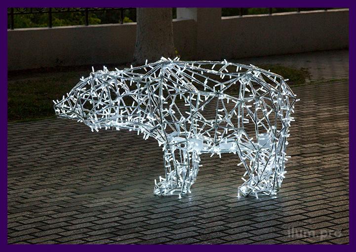 Светящийся полигональный медведь с гирляндами