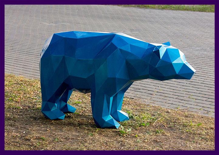 Металлический полигональный медведь синего цвета в парке