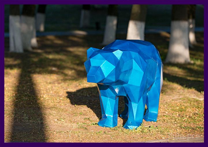 Металлический медведь полигональный в парке во Владимире