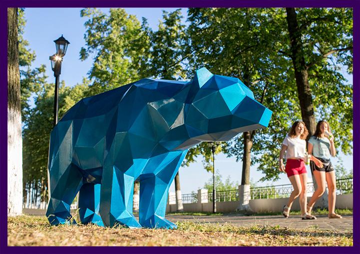 Металлическая полигональная фигура медведя синего цвета для парка