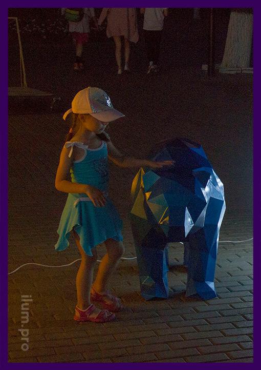 Полигональный медведь с ребёнком в парке