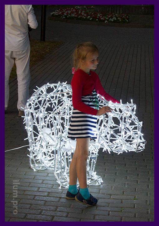 Светящийся полигональный медведь из алюминия