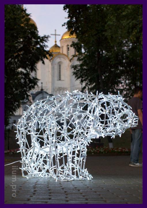 Светящийся полигональный медведь из алюминиевого прутка с гирляндами