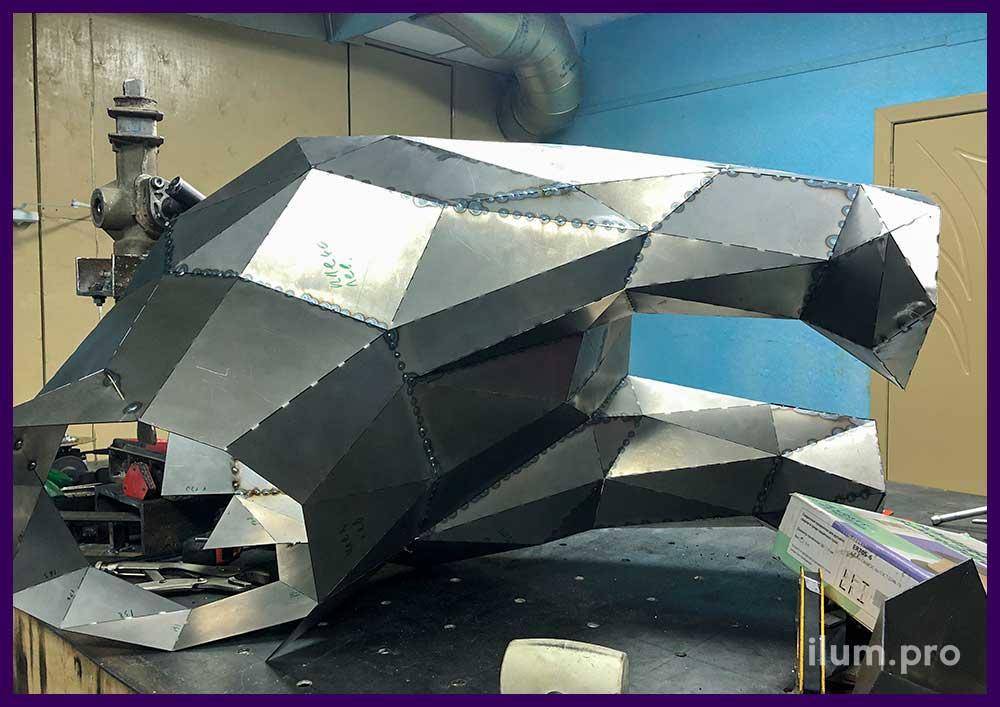 Детали металлической полигональной фигуры на производстве