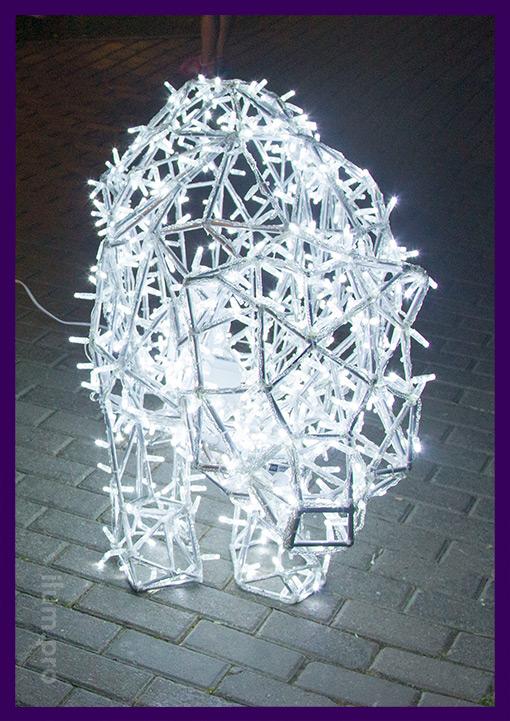 Фигура медведя из алюминия с гирляндами на каркасе