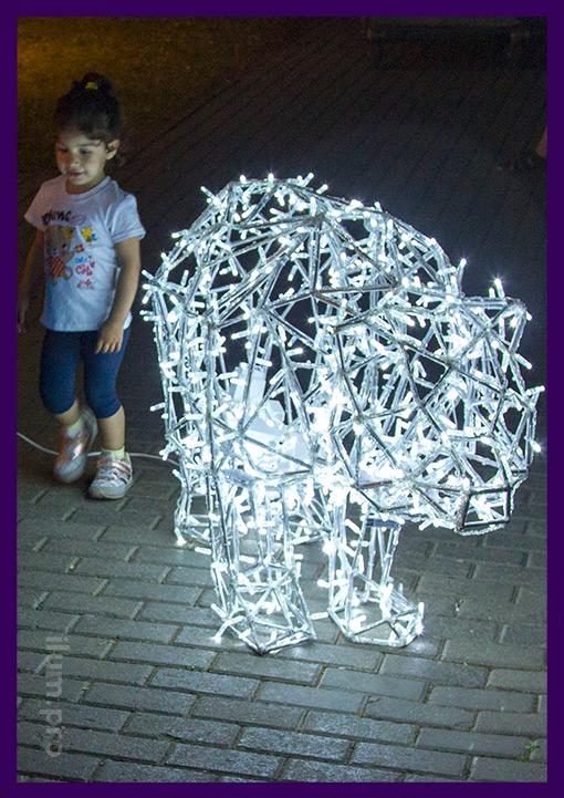 Металлическая полигональная скульптура медведя с подсветкой