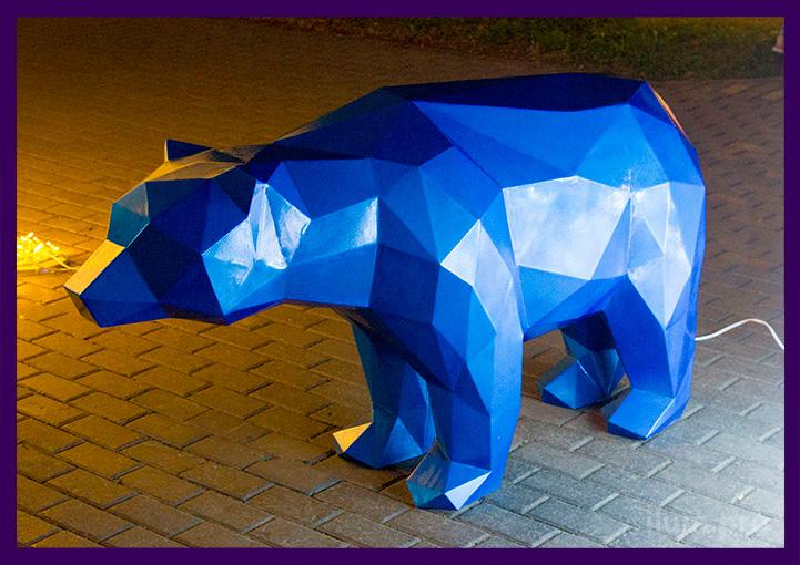 Полигональный медведь с четкими гранями вечером в парке