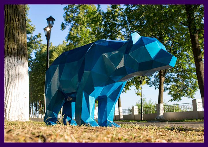 Уличная полигональная скульптура летом в парке