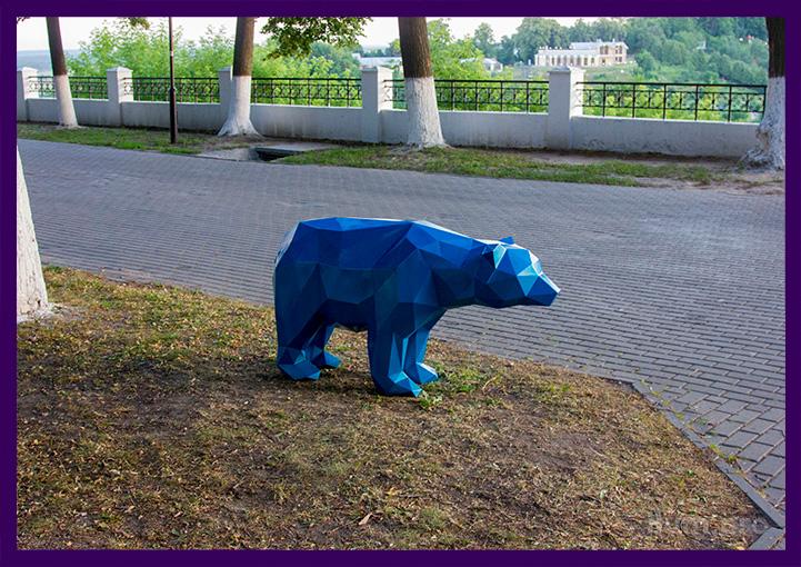 Синий полигональный медведь для парка
