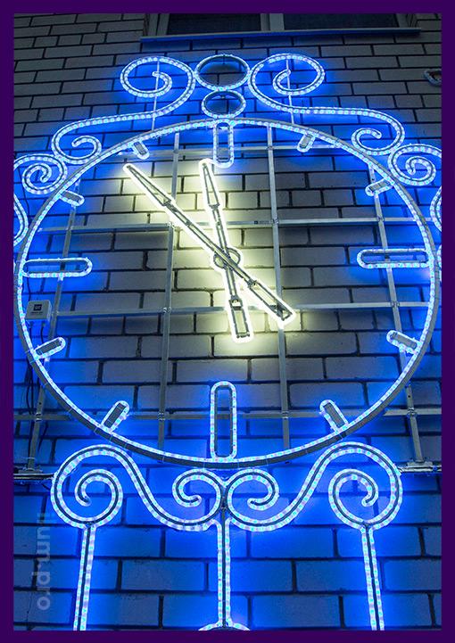 Большой циферблат часов с подсветкой из гирлянд