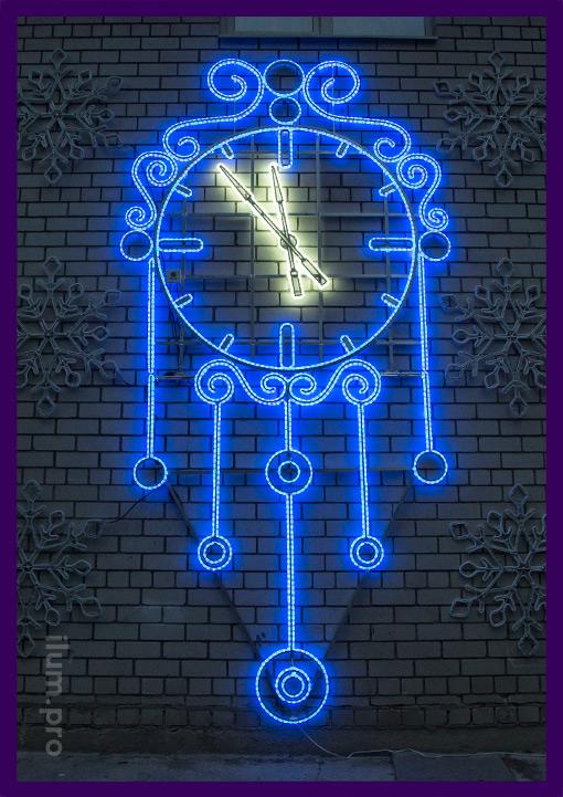Часы светодиодные синие на стене дома на Новый год