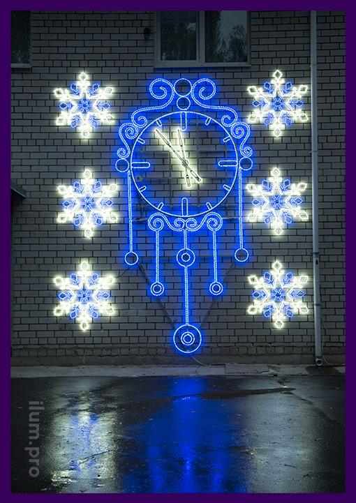 Светодиодные часы со снежинками на стене здания