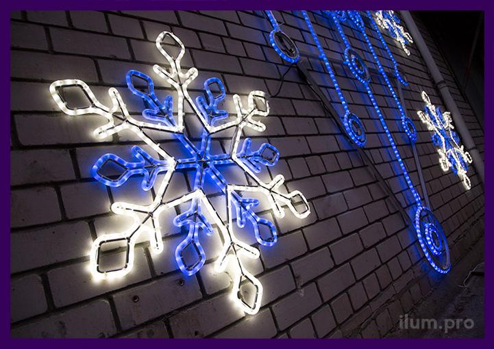 """Снежинки из сине-белого светодиодного дюралайта рядом с консолью """"Часы"""""""