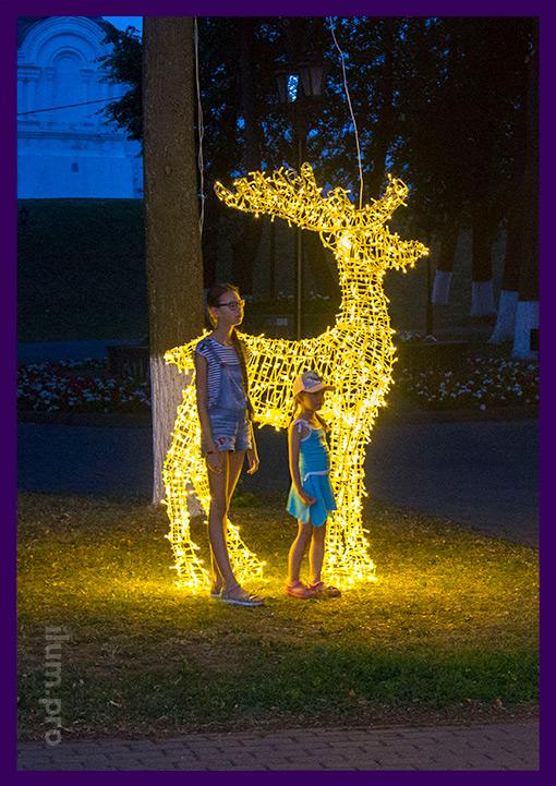 Фотозона в парке со светодиодной фигурой оленя