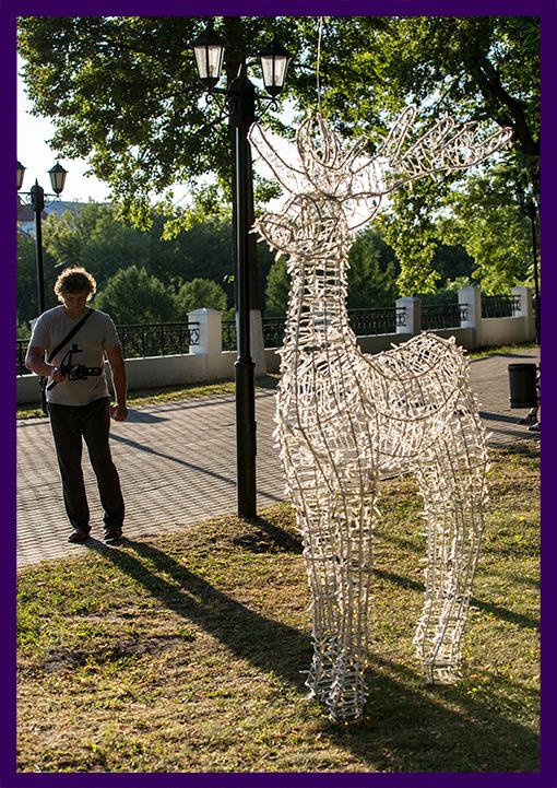Светодиодный олень днём в парке