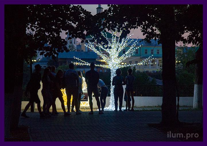 Дерево с подсветкой светодиодами в парке