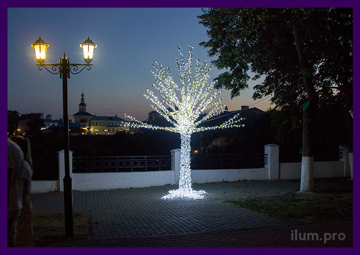 Светодиодное дерево с зеркальными элементами в парке