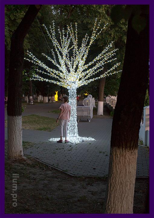 Светодиодное дерево белого цвета из алюминия и гирлянд