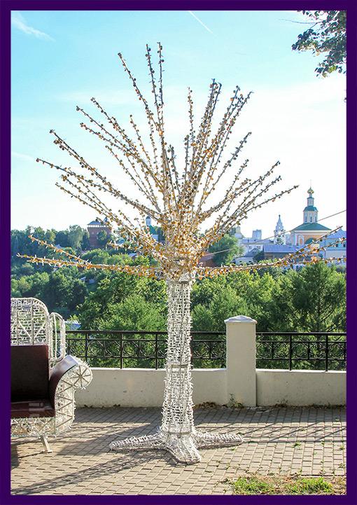 Светодиодное дерево с блёстками днём в парке