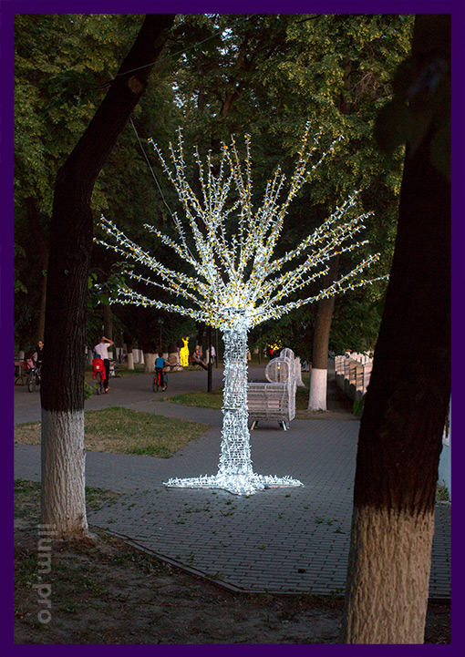 Дерево светящееся из гирлянд в парке