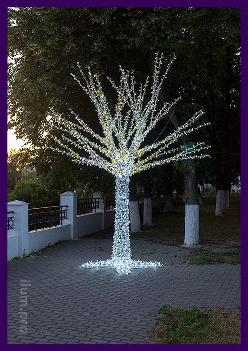 Светящееся дерево из гирлянд в парке во Владимире